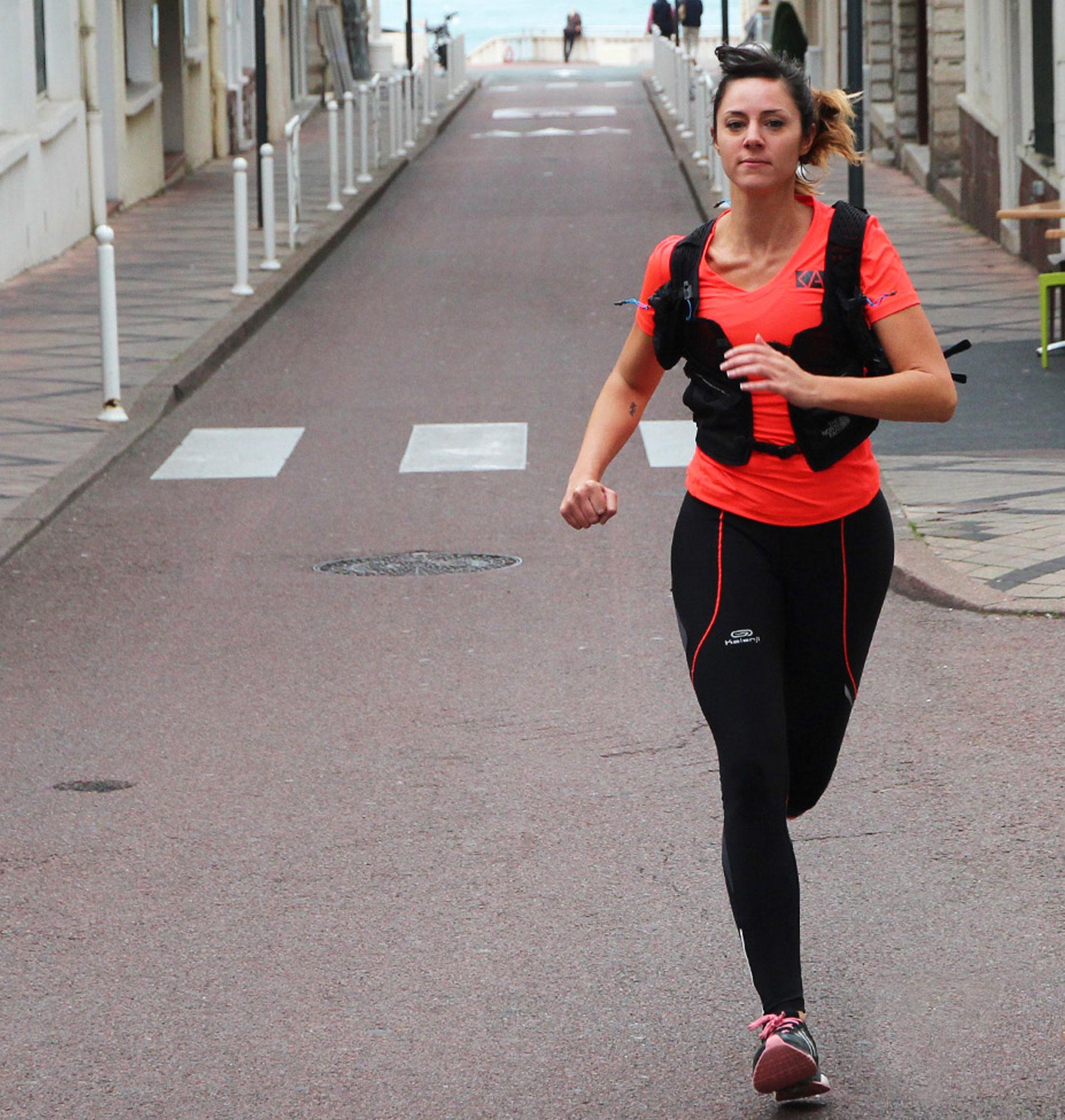 Élise running urbain à Biarritz avec le Kiwi de l'Adour